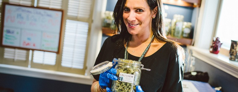 woman_weed_shop